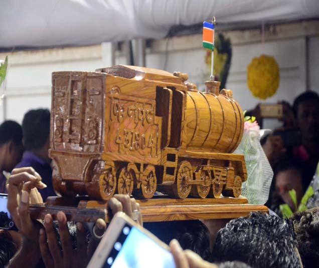 राज ठाकरे यांना वाढदिवसानिमित्त रेल्वे इंजिनाची प्रतिकृती कार्य़कर्त्यांनी भेट दिली. - Divya Marathi