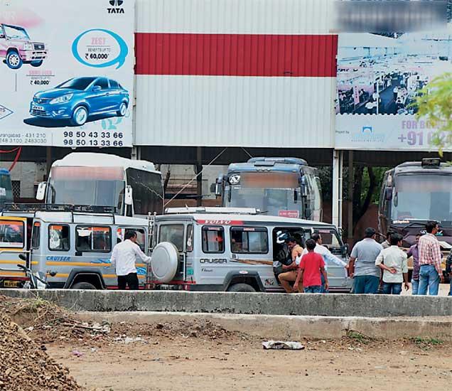 विद्यार्थी परीक्षेसाठी मंगळवारी ट्रॅव्हल्स क्रूझरने राजस्थानला रवाना झाले. (छाया : मनोज पराती ) - Divya Marathi