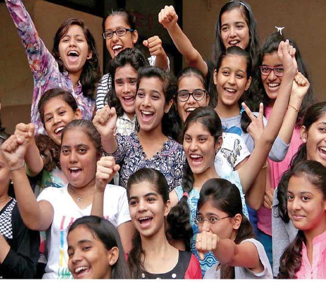 एस. आर. चंडक प्रशालेतील दहावीच्या विद्यार्थिनींनी निकाल लागल्यानंतर असा जल्लोष केला. - Divya Marathi