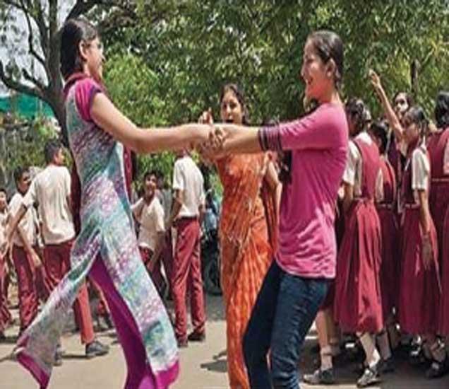 निकालानंतर विद्यार्थिनींनी फेर धरून जल्लोष केला. - Divya Marathi