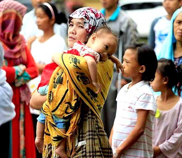 इसिसच्या धाकाने फिलिपाइन्सच्या मरावी शहरातून आतापर्यंत 2 लाख लोकांनी पलायन केले आहे. - Divya Marathi