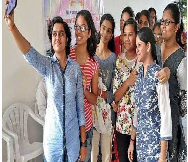 चांगले गुण मिळाल्यानंतर आनंदित झालेल्या मैत्रिणींनी सेल्फी काढून हा आनंदाचा क्षण मोबाइलच्या कॅमेऱ्यात टिपला. - Divya Marathi