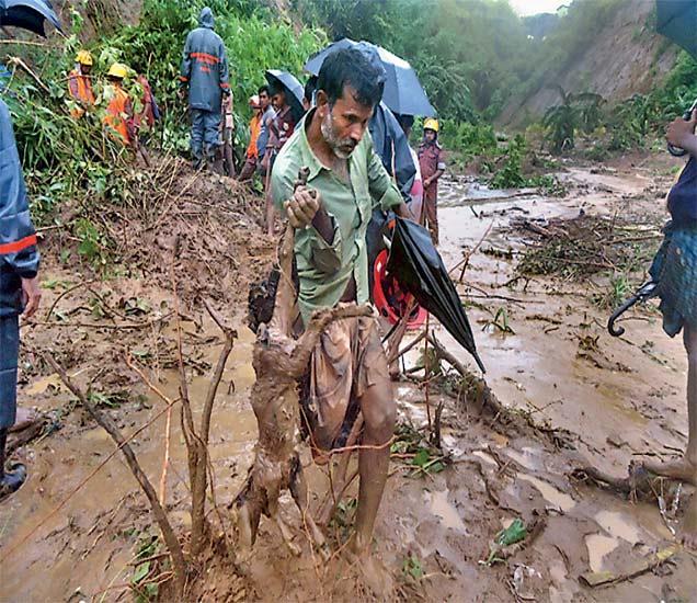पोलिस आणि सुरक्षा पथके दुर्गमभागात मदत कार्य पोहाेचवण्यासाठी निसर्गाशी संघर्ष करत आहेत. - Divya Marathi