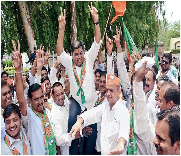 पालकमंत्री प्रवीण पाेटे यांच्यासह भाजप कार्यकर्त्यांनी कर्जमुक्तीचा जल्लोष केला. - Divya Marathi