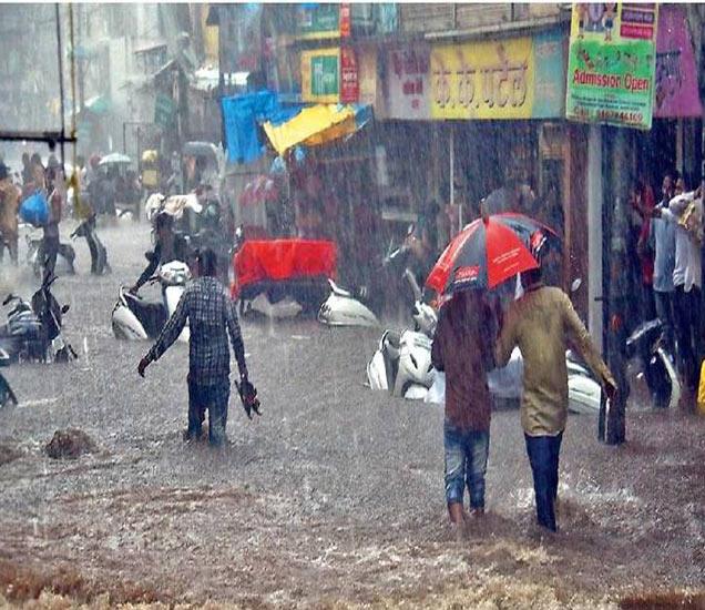 नाशिक शहरात बुधवारी दुपारी झालेल्या मुसळधार पावसामुळे शहरातील प्रमुख रस्त्यांवर पाणी साचले हाेते. - Divya Marathi