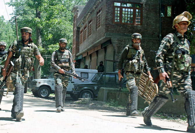 दहशतवाद्यांनी चार हल्ले हे दक्षिण काश्मीरमध्ये तर दोन हल्ले हे उत्तर काश्मीरात केले आहेत. हे सर्व हल्ले चार तासात करण्यात आले आहेत. (संग्रहित फोटो) - Divya Marathi