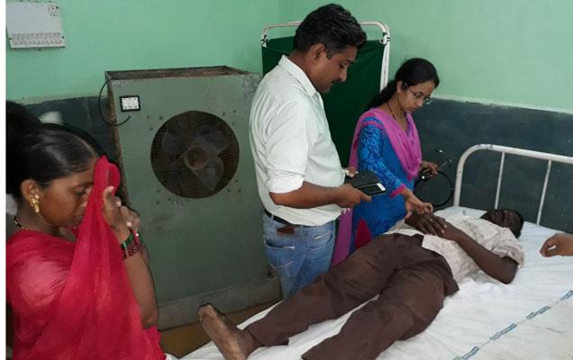 डॉ. शबाना तडवी आणि डॉ. कमलेश पाटील यांनी प्रथमोपचार केले. यानंतर गणेशला जिल्हा सामान्य रुगणालयात पाठवले. - Divya Marathi