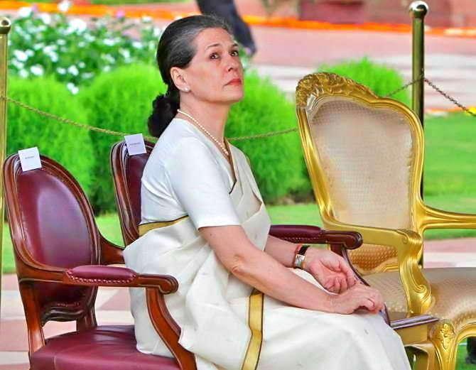 राष्ट्रपती पदाच्या उमेदवाराबाबत चर्चा करण्यासाठी सोनिया गांधींनी विरोधी पक्षांची बैठक बोलवली आहे. (संग्रहित फोटो) - Divya Marathi