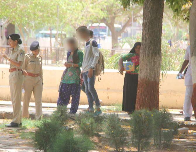 पोलिसांनी या प्रेमी युगलाला पकडले. - Divya Marathi