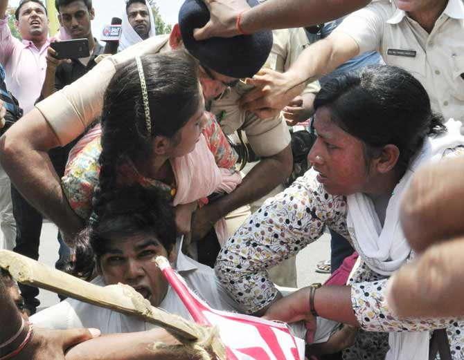 पोलिस अधिकाऱ्याने मुलीला अशा पध्दतीने पकडले होते. - Divya Marathi