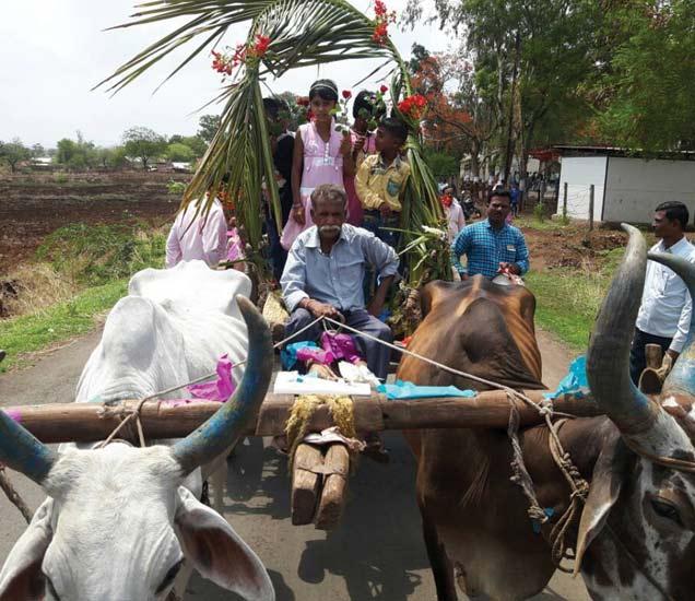नवापूर येथे विद्यार्थ्यांचे पारंपारिक पध्दतीने स्वागत करण्यात आले. - Divya Marathi