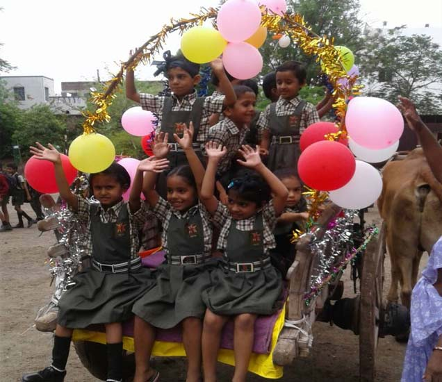 मुकुल मंदिर शाळाए बैलगाडी मिरवणूक - Divya Marathi