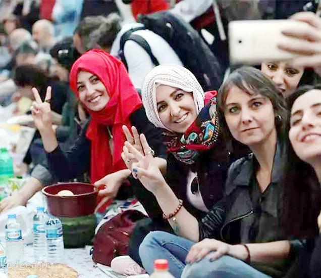 तुर्कीच्या ओल्ड स्ट्रीटवर रोजा सुटण्यापूर्वी सेल्फीसाठी पोज देताना महिला. - Divya Marathi