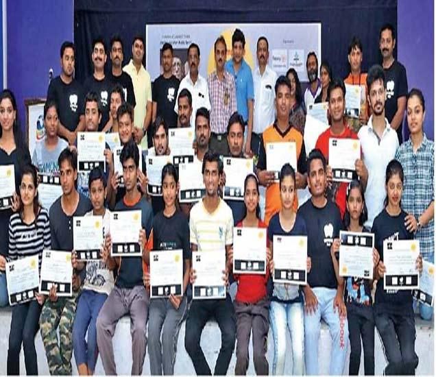 रोटरी भवनात झालेल्या राष्ट्रीय कम्प्लिट थिएटर वर्कशॉपमध्ये सहभागी प्रशिक्षणार्थींना प्रमाणपत्र देऊन गौरवण्यात आले. या वेळी उपस्थित योगेश भोळे, गनी मेमन, संजय काबरा, सूरज चौधरी, अनिल जोशी आदी. - Divya Marathi