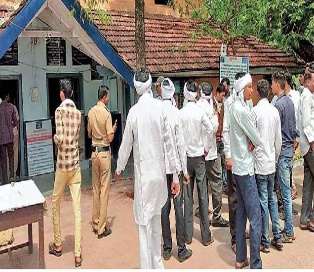 पोलिस ठाण्यात जमलेली मृतक विवाहितेच्या माहेरची मंडळी नागरिक. - Divya Marathi