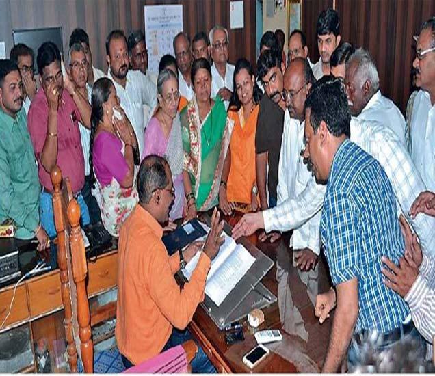 उत्पादन शुल्क अधिकाऱ्यांना निवेदन देताना प्रमोद नगरातील नागरिकांनी असा घेराव घातला. - Divya Marathi