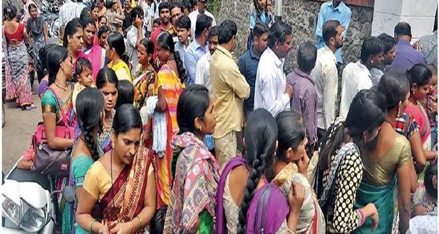 नवे दप्तर, नव्याकोऱ्या वह्या, टिफीन अन् पाण्याची बाटली असा जामानिमा आवरत पालक मुलांसह शाळांत पोहोचले. - Divya Marathi