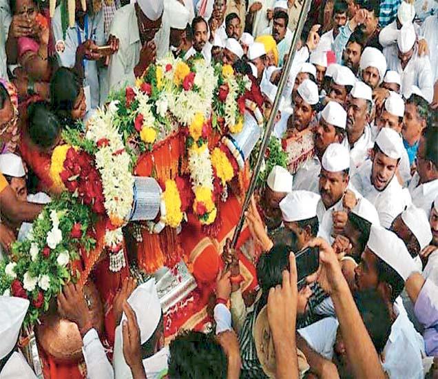 विठुरायाचा नामघोष करत संत तुकाराम महाराजांच्या पालखीने शुक्रवारी दुपारी देहू गावातील देऊळवाड्यातून पंढरपूरकडे प्रस्थान ठेवले. - Divya Marathi
