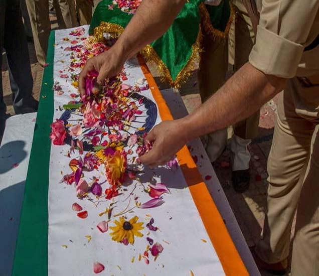 शुक्रवारी शहीद शहजाद दिलावर सौफी यांना मानवंदना देण्यात आली. - Divya Marathi