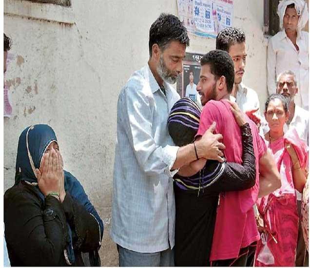मृत्यू झाल्याचे कळताच जिल्हा रुग्णालयात आक्रोष करताना नवीदअख्तरची आई नातेवाईक. - Divya Marathi