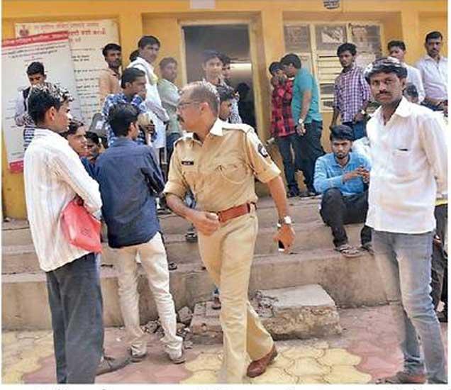 आरटीओ कार्यालयातून दलालांची हकालपट्टी करताना आरटीओ जयंत पाटील. - Divya Marathi