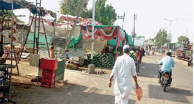 शहादा येथे शुक्रवारी किरकोळ विक्रेत्यांनी रस्त्यावर थाटलेली दुकाने. - Divya Marathi