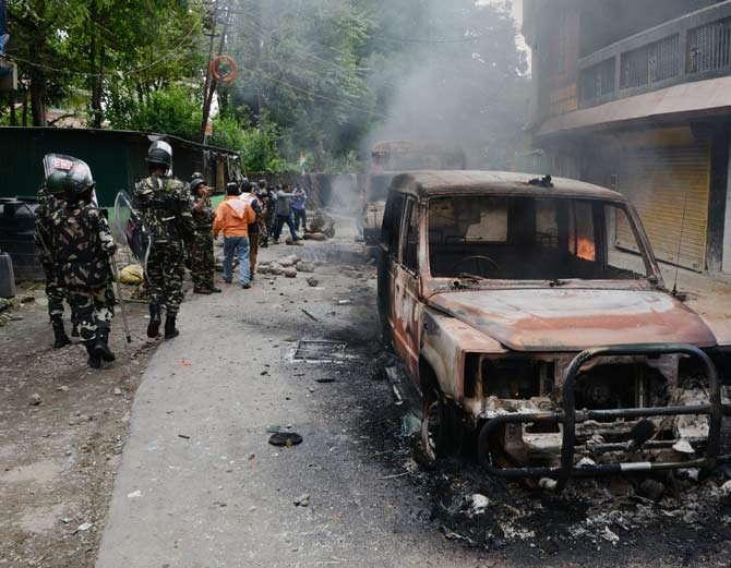 आंदोलकांनी पोलिसांच्या वाहनांना आग लावली आहे. - Divya Marathi