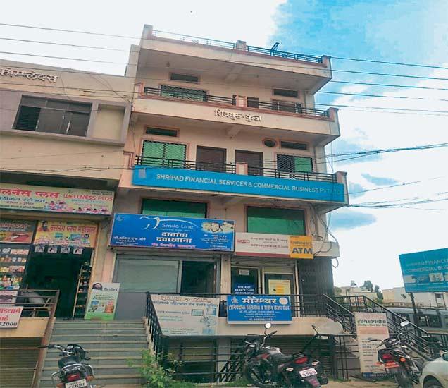 याच इमारतीतून अवैध टेलिफाेन एक्स्चेंज चालत हाेते. - Divya Marathi