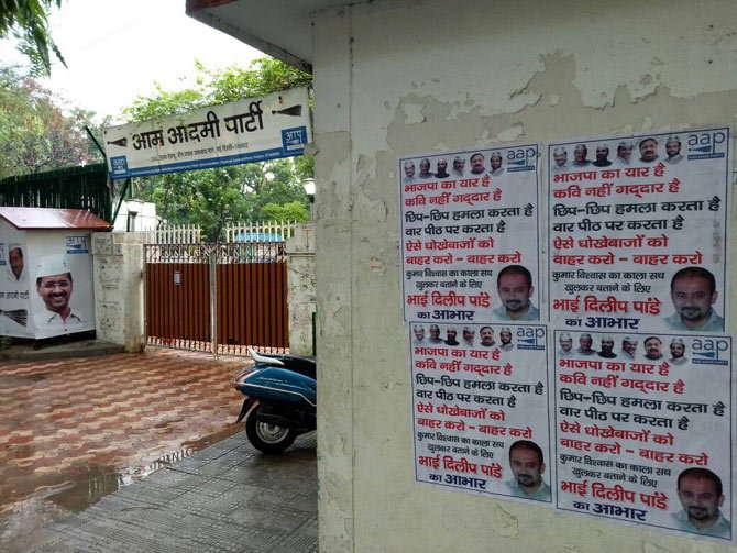 कुमार विश्वास यांच्याविरोधात लागलेले पोस्टर्स. - Divya Marathi