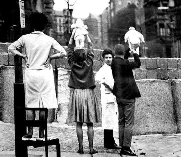 1961 - पश्चिम बर्लिनमधील नागरिक पूर्वेकडे राहणाऱ्या आजी आजोबांची त्यांच्या मुलांबरोबर अशी भेट घडवून आणायचे. - Divya Marathi