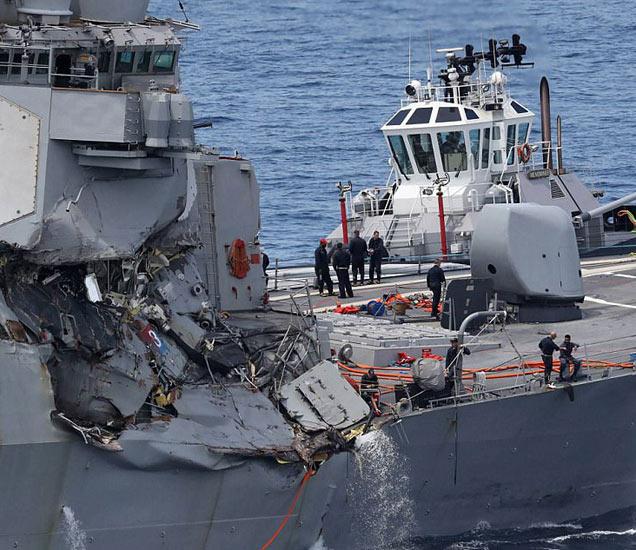 या अपघातात USS Fitzgerald ला खूप नुकसान झाले आहे. - Divya Marathi