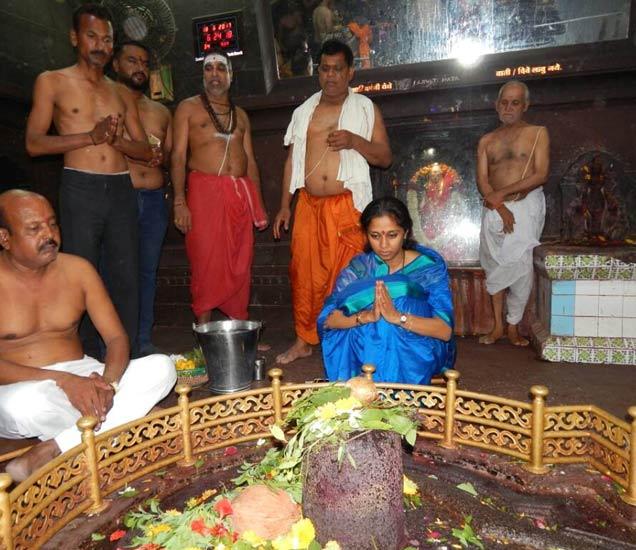 वेरुळ येथील घृष्णेश्वर मंदिरात पूजा करताना सुप्रिया सुळे. - Divya Marathi