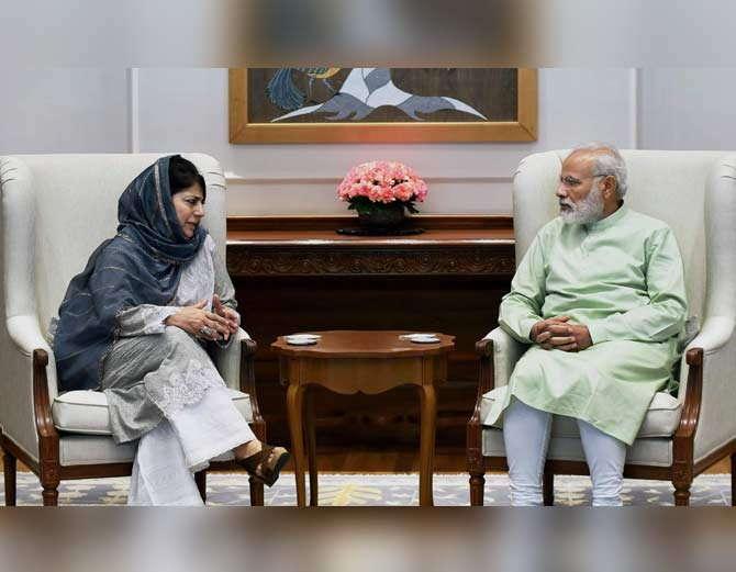 एप्रिल महिन्यात मेहबूबा मुफ्ती यांनी पंतप्रधान मोदींची भेट घेत काश्मीरमधील स्थितीबाबत चर्चा केली होती. - Divya Marathi