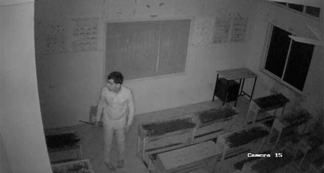 शाळेत मध्यरात्रीनंतर ही व्यक्ती घुसली होती. यानेच शाळेला आग लावली असण्याची शक्यात व्यक्त होत आहे. - Divya Marathi