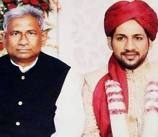 सर्फराजच्या लग्नात त्याचे मामा मेहबूब. - Divya Marathi