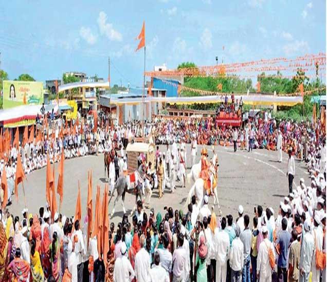 देवगडच्या दिंडीचा नेवासे येथे रविवारी मोठ्या उत्साहात झालेला रिंगण सोहळा. - Divya Marathi