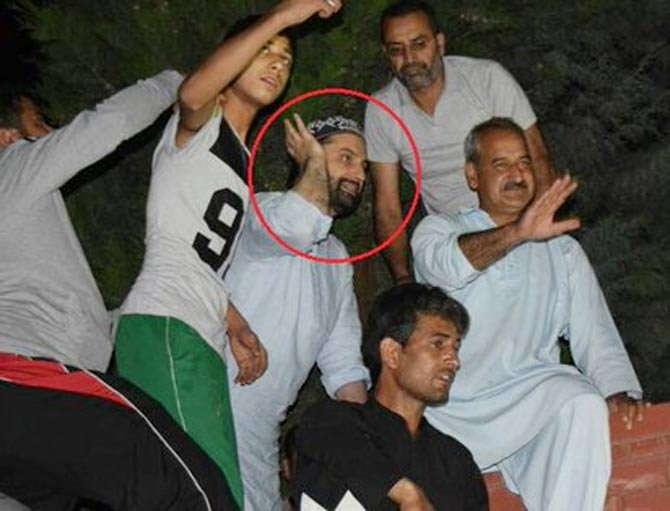 चॅम्पियन्स ट्रॉफीतील विजयानंतर जल्लोष करताना फुटिरतावादी नेता मीरवाइज उमर फारूक. - Divya Marathi