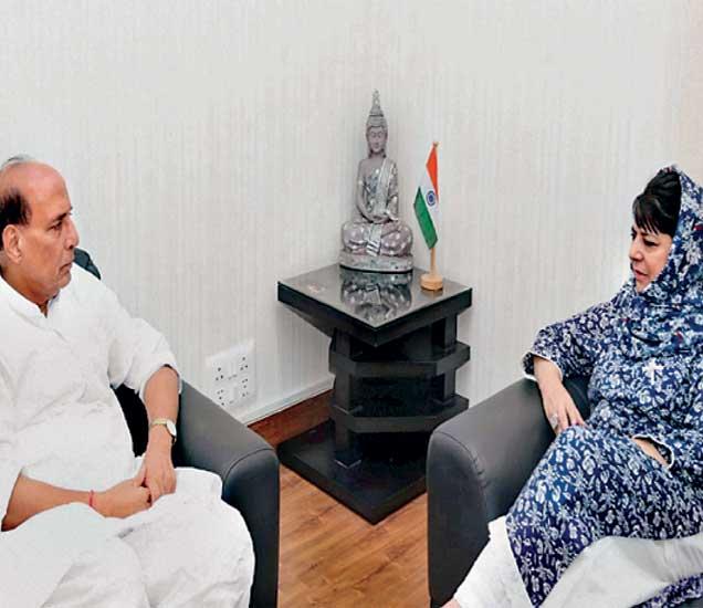 जम्मू-काश्मीरच्या मुख्यमंत्री मेहबूबा मुफ्ती यांनी गृहमंत्री राजनाथ सिंह यांच्यासोबत जम्मू-काश्मीरमधील स्थितीबाबत चर्चा केली. - Divya Marathi