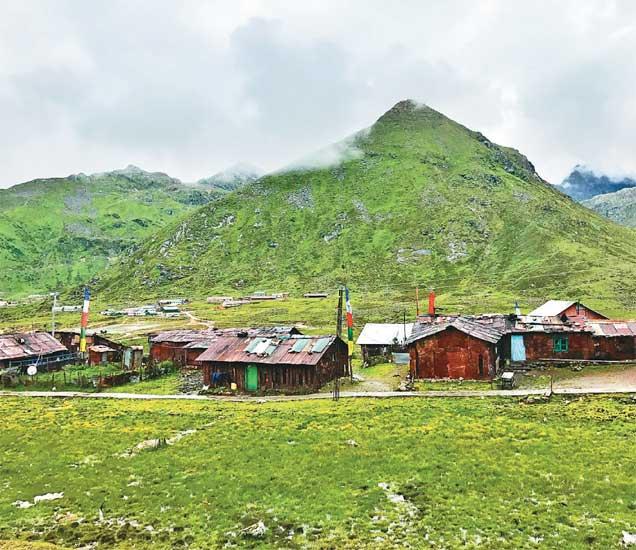 डोकलामच्या अलीकडे कुपुप हे गाव आहे. तेथे सुमारे २०-२५ कुटुंब अशा लहान-लहान घरांत राहतात. लोकांना सतर्क करण्यासाठी 'तुम्ही चीनच्या निगराणीत आहात' अशा आशयाचे फलक तेथे जागोजागी लावले आहेत. - Divya Marathi