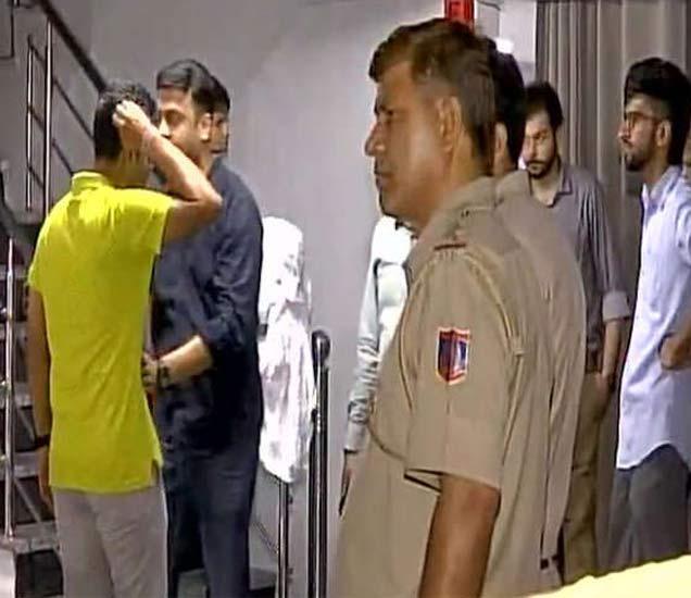 रूममधून काहीही प्रतिसाद मिळत नसल्याचे पाहता पोलिसांना बोलावण्यात आले. - Divya Marathi