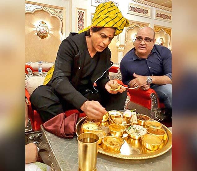 सोन्याच्या थाळीत दाल-बाटी आणि चुरमा खाताना शाहरुख. - Divya Marathi