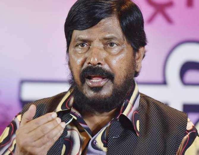 आठवले म्हणाले की, गोरक्षणाच्या नावाखाली देशात सुरु असणारा हिंसाचार योग्य नाही. - Divya Marathi