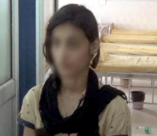 तरुणीने सावत्र पित्यावर बलात्काराचा आरोप केला आहे. - Divya Marathi