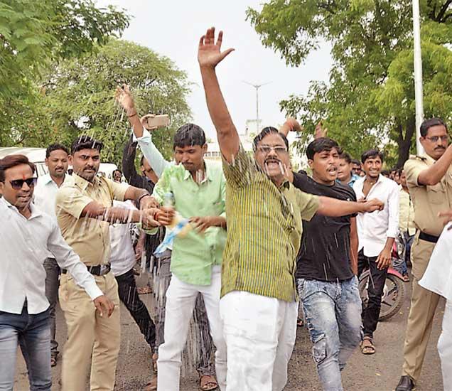 दारमबंदीसाठी घोषणाबाजी करत अंगावर रॉकेल आतून आत्मदहनाचा प्रयत्न करणाऱ्यांना पोलिस रोखले. - Divya Marathi