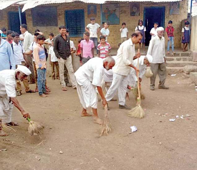उघड्यावर शौचास बसणाऱ्या नागरिकांना गुड मॉर्निंग पथ्काने शाळा परिसर स्वच्छ करण्याची शिक्षा दिली. - Divya Marathi