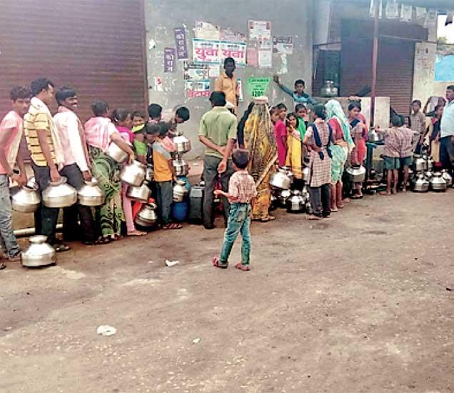 सिरजगावात ग्रामस्थांना  हंडाभर पाण्यासाठी तास- तास  रांगेत उभे राहावे लागते. - Divya Marathi