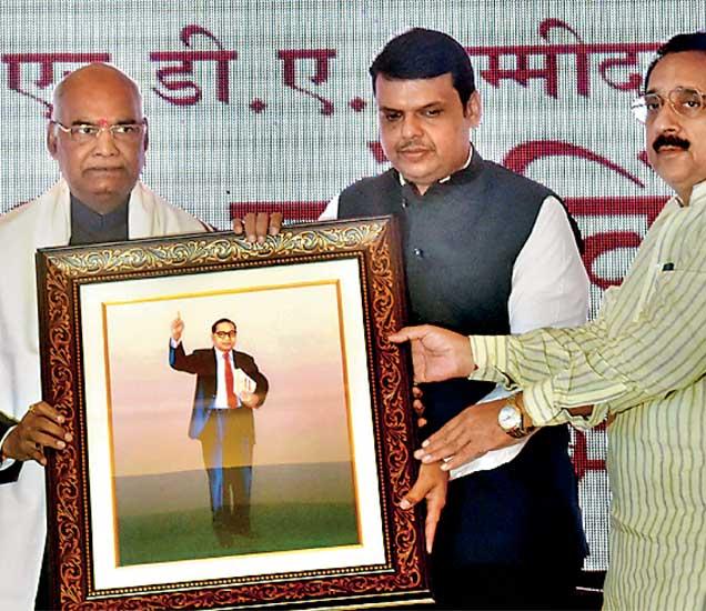 कोविंद यांचे स्वागत करताना मुख्यमंत्री देवेंद्र फडणवीस. - Divya Marathi