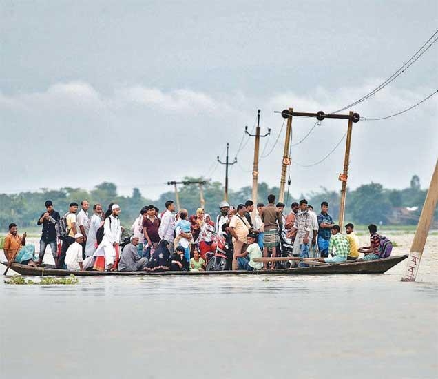 उत्तर पूर्वेकडील राज्यात पाऊस आणि त्यामुळे झालेल्या घटनांमध्ये आजवर ८० लोक मृत्युमुखी पडल्याचे वृत्त आहे. - Divya Marathi