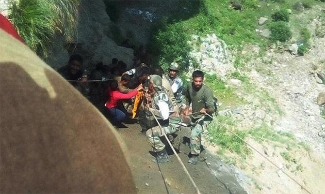 अपघातग्रस्तांची मदत करताना लष्कराचे जवान आणि स्थानिक नागरिक. - Divya Marathi