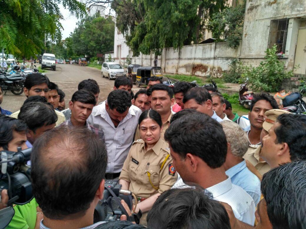 आंदोलन करणाऱ्यांशी चर्चा करताना पोलिस कर्मचारी. - Divya Marathi
